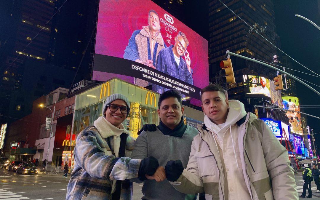 New York reconoce el éxito de Gio y Gabo con un Billboard en Times Square durante el estreno del acústico de Casi que No.